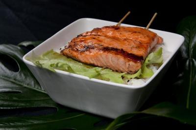 pave-de-saumon-grille-sur-un-bol-de-riz-vinaigre.jpg